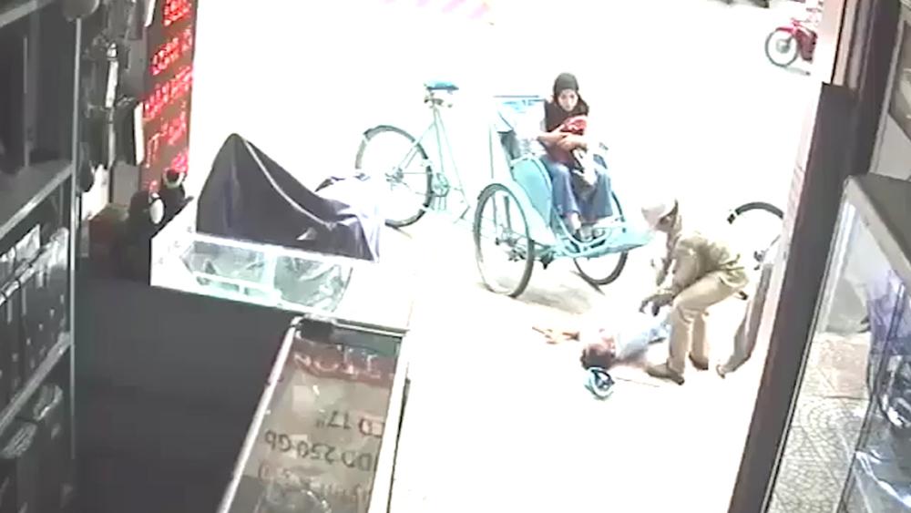 Tài xế xích lô bất ngờ ngã xuống đường khi đang chở khách